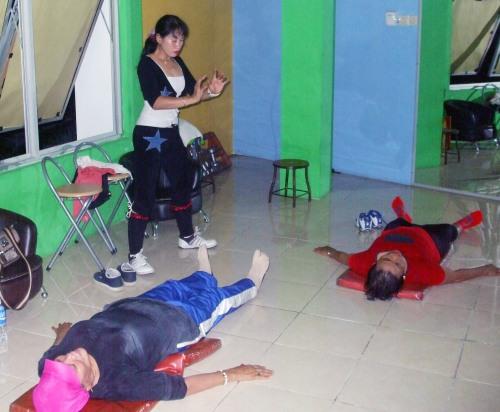 Aidah memberikan energi saat mengajar di Sindo aerobik dan fitness