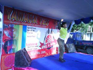Aidah, memberikan contoh gerakan pada peserta senam bersama Yamaha Yes Tour di Kabupaten Gresik