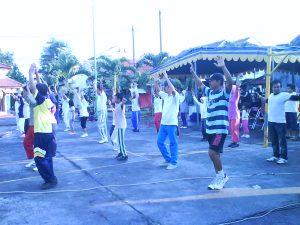 Para peserta senam bersama Yamaha Yes Tour di Kabupaten Gresik bersemangat mengikuti gerakan yang diinstrukturi Aidah