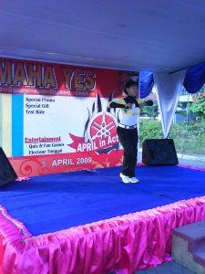 Aidah, menginstrukturi peserta senam bersama Yamaha Yes Tour di Kecamatan Waru, Sidoarjo