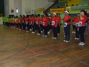 Sebagian dari anggota Komunitas Nimas Putri Sabdojati (kaos merah) mengikuti upacara pembukaan HUT Perwosi Cabang Bangkalan