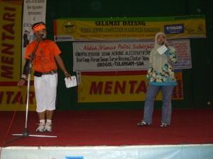 Media & Public Relation Komunitas Nimas Putri Sabdojati, Rere Nia (kanan), sedang memberikan penjelasan tentang komunitas penghobi senam aerobik alternatif kepada seluruh peserta dan penonton lomba senam Perwosi Cabang Bangkalan, Madura