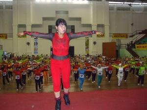 Bintang tamu acara, Aidah, memberikan instruksi gerakan kepada seluruh peserta senam