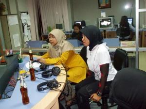Rere (kiri) dan Aidah (kanan) disela break iklan Giga FM pada program Special Guest