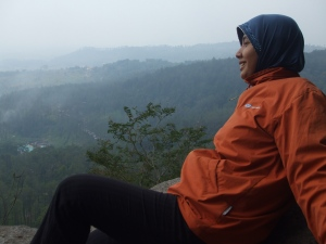 Indri pun menikmati udara sejuk pegunungan