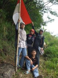 Sebelum mencapai makam Sunan Pangkat berhenti sejenak di bawah bendera merah putih