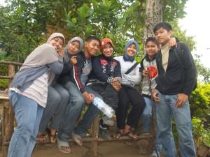 Foto bersama usai berziarah di halaman Makam Sunan Pangkat, (kiri-kanan) Rere Nia, Ibunda Rere, Sandi, Aidah, Indriyana, Diki, Dio