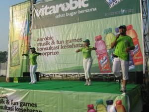 Instruktur utama, Aidah, (kiri) didampingi oleh instruktur Candra (tengah)