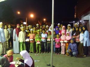 Foto bersama pengurus komunitas dan anak-anak panti asuhan (tiang tenda ini juga pengen nampang ya?)