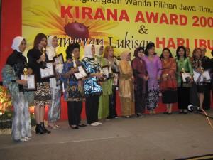 Ny. Aidah (kiri) Berfoto bersama para peraih Kirana Award 2009 dan Ny. Purmiasih Rasiyo, Ny. Nina Soekarwo, Ny. Tuty Suwarno, Ny. Hetty Pratiknyo (dari kiri, secara berurutan nomor 8, 9, 10,11)