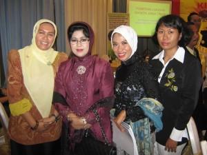 (ki-ka) Ny. Gathut Setyo Utomo, Ny. Nina Kirana Soekarwo, Ny.  Aidah, Ny. Budi