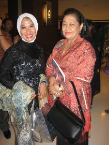 Ny. Aidah bersama Ketua Bhayangkari Polda Jawa Timur, Ny. Hetty Pratiknyo