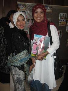 Ny. Aidah bersama Istri Wali Kota Surabaya, Ny. Dyah Katarina Bambang DH yang turut hadir dalam acara.