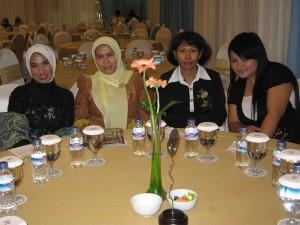 (ki-ka) Ny. Aidah hadir ke acara didampingi oleh Ny. Gatut Setyo Utomo, Ny. Budi, dan Resti Tania