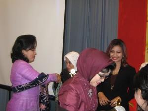 Ny. Aidah mendapat selamat dari Istri Pangdam V Brawijaya, Ny. Toety Suwarno