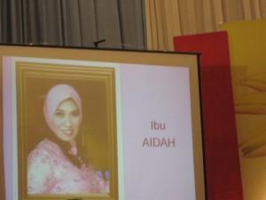 Slide Ny Aidah ditayangkan saat pembacaan profilnya.