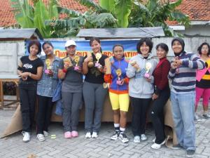 Pemenang Aidah Cup V diapit tim Komunitas NPS Indriyana (kanan), Ny. Aidah (dua dari kanan) dan Juri, Ny. Onny (kiri)