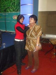 Ny. Aidah melakukan transfer energi kepada salah seorang peserta talkshow