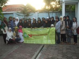 Anggota Komunitas NPS bersama anak-anak yatim piatu
