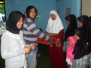 Ny. Aidah (kiri) dan Indriyana  (dua dari kiri) secara simbolis memberikan sumbangan kepada Pengurus dan anak-anak panti asuhan