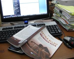 """buku """"Ketika Allah Menguji Kita"""" menemani saya disela-sela pekerjaan kantor"""
