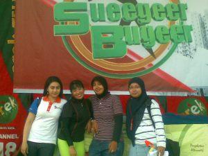 Stripping syuting Minggu, 31 Oktober 2010 itu berakhir dengan sukses (ki- ka  Widya, Bu Aidah, Indri, Rere)