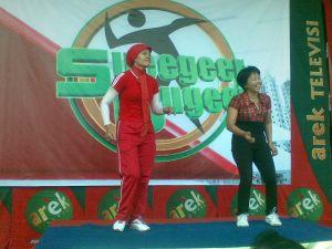 (ki-ka) Mbak Yayuk dan Mbak Wiwik asyik joget memeriahkan game disela-sela waktu istirahat