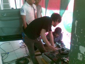 Indri (kanan) ikut sibuk bareng kru Arek TV mempersiapkan CD musik senam