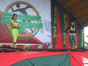 Host acara Bella (kiri) dan Bu Aidah (kanan) menyapa peserta senam