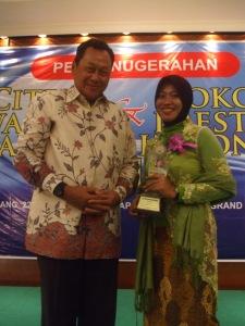 Ny. Aidah berfoto bersama Mardiyanto