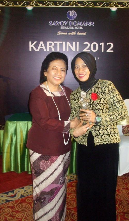 Ny. Aidah (kanan) usai menerima Kartini Award 2012 berpose bersama Ny. Dra. Hj. Popong Oce Junjunan (kiri)