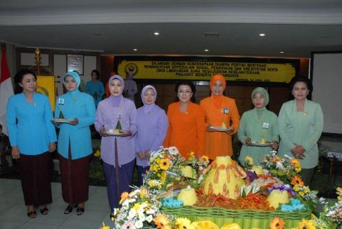 Ny. Murdjito (kanan) dan Ny. Aidah (dua dari kanan) berjajar bersama ketua dan anggota berprestasi organisasi anggota Dharma Pertiwi